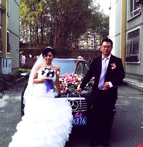 Traditional Chinese wedding ceremony: taking pictures in front of the car