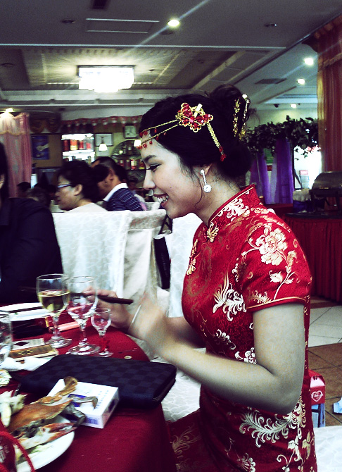 Traditional Chinese wedding clothes: the bride looks beautiful in a qipao