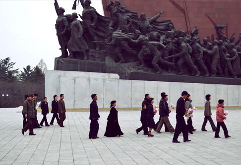statues-koreans-arrive