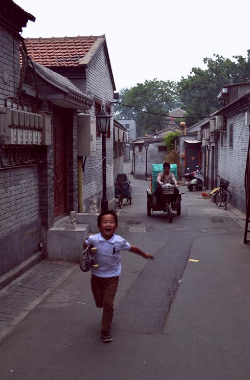 beijing-china-travel-blog-xihai-running-kid