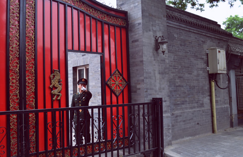 beijing-china-travel-gate-guard-1